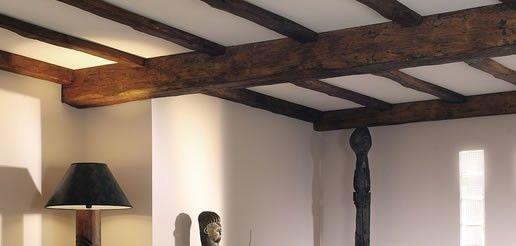 d corez un plafond avec une fausse poutre apparente pour reproduire un style moyen geux. Black Bedroom Furniture Sets. Home Design Ideas