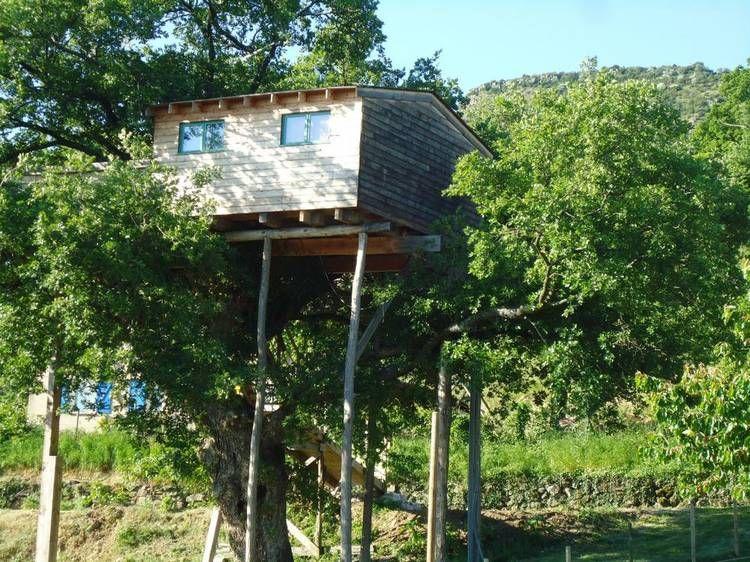 Dormire sugli alberi ma in una vera casa a Saint-Bauzile, Ardèche, Francia #casasullalbero