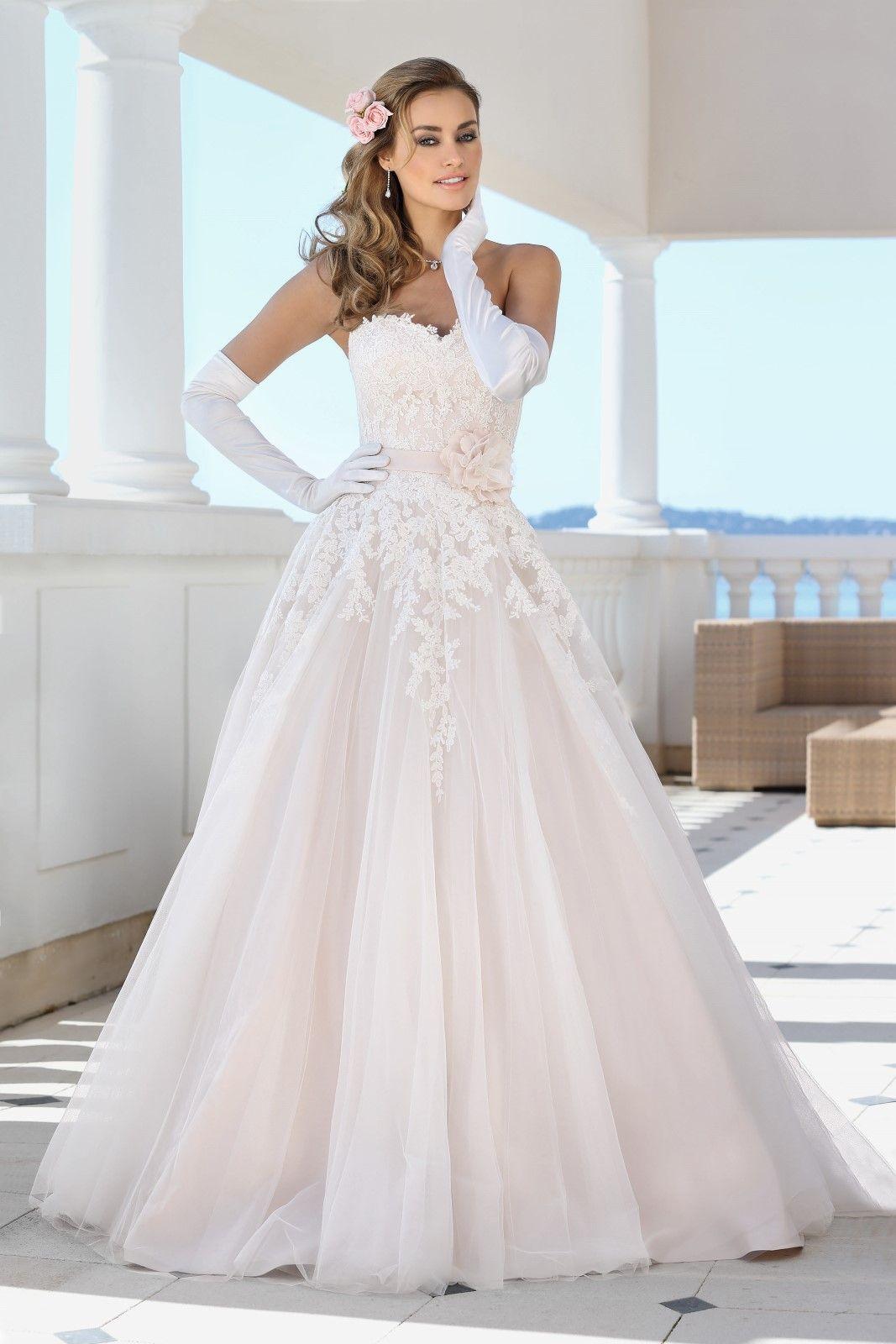 Deze mooie trouwjurk van Ladybird model 417045 is een A-model. Het ...