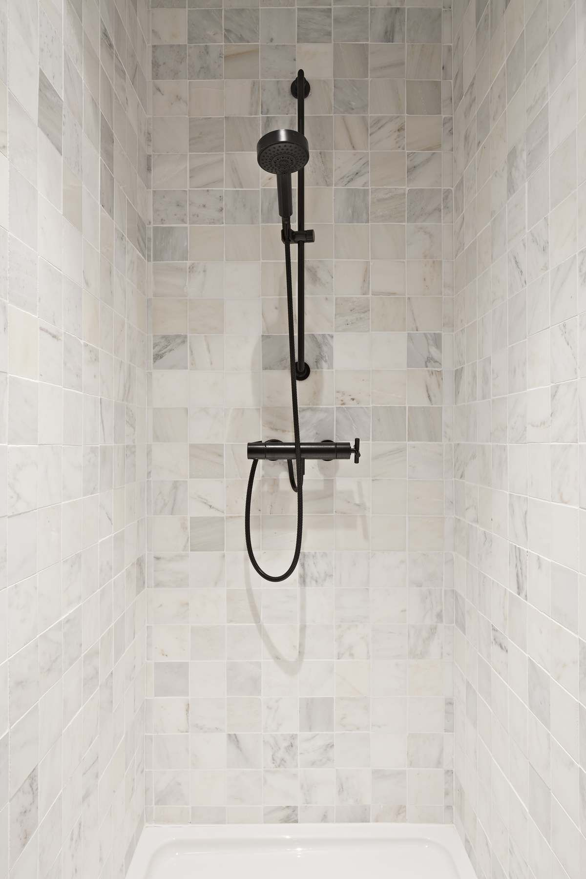 Old White Verzoet En Gehakte Kanten 10 X 10 X 1 Ceramic Tile Bathrooms Amazing Bathrooms Modern Bathroom
