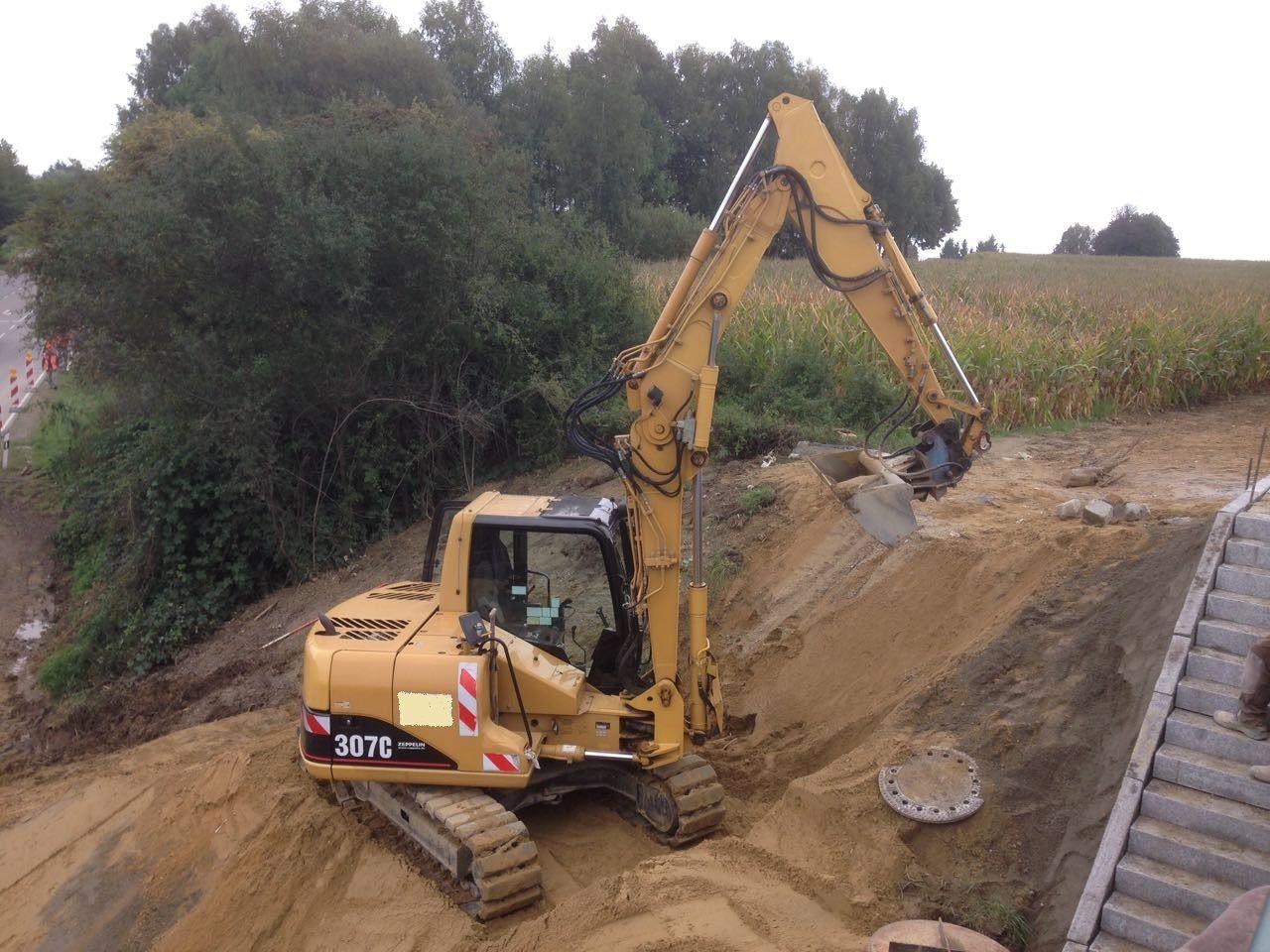 Caterpillar 307C Kettenbagger beim Brückenbau und