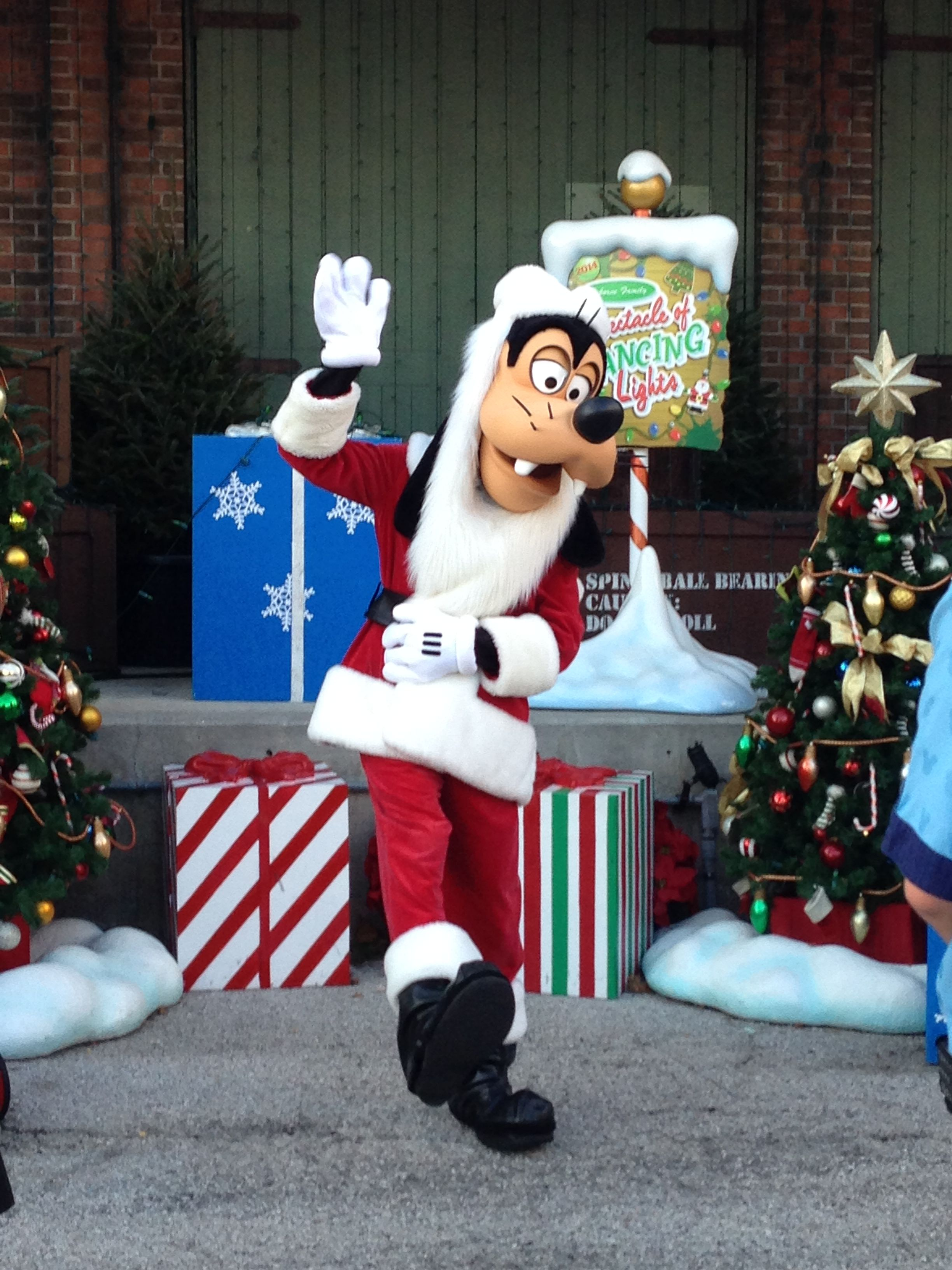 f835934c84e87 Santa Goofy at Hollywood Studios