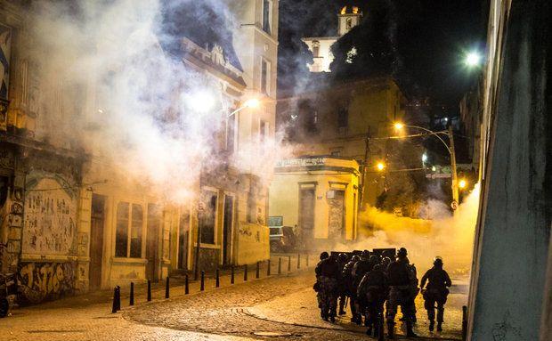 Batalhão da Polícia Militar usa gás lacrimogêneo durante manifestação na Lapa, no Rio de Janeiro.