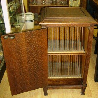 Oak Phonograph Stand   ANTIQUE QUARTER CUT OAK PHONOGRAPH OR GRAMAPHONE  STAND WITH RECORD HOLDER.