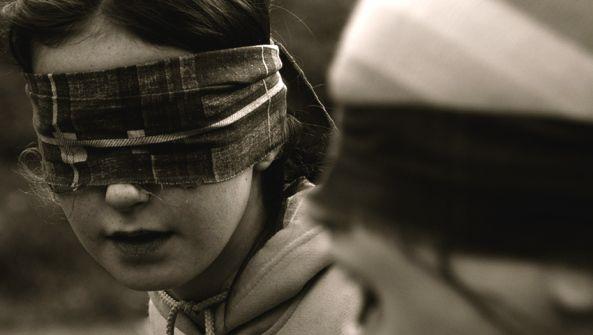 Expresar sentimientos asertividad asertiva venda ojos ceguera amistad autoimagen proyeccion psicologica terapia autoayuda mirada celos ciego...