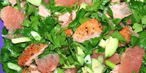 Jeg glæder mig ekstra meget til aftensmad, når den står på denne skønne salat med varmrøget laks. Mums!