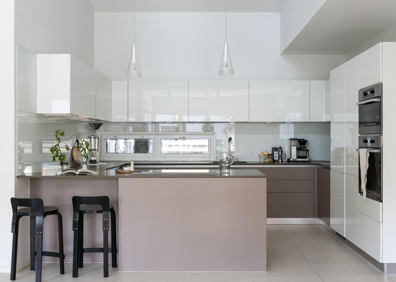 Edustustason laatua ja selkeyttä huippuarkkitehdin kädenjälkenä. Maan arvostetuimpiin kuuluvan arkkitehdin Kaisa Blomstedtin ammattitaidon mestarinäyte hivelee silmää koko huoneistossa modernisoiduissa pinnoissa ja kiinteissä kalusteissa. Yläkerran kaunis arkkitehtuurinen olohuone/keittiö/ruokailutila yhdistyy luontevasti isoon katolliseen ja lasitettuun eteläterassiin- ja pihaan. Moderni, huippuvarusteltu Scavolini- keittiö toimii saumattomasti valoisan ruokailutilan vieressä. Alakerran…