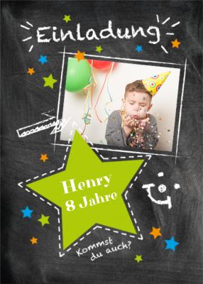 Fröhliche Einladungskarte Zum Kindergeburtstag Auf Schultafel Mit Foto,  Grünem Stern Und Kreideakzenten (8 Jahre)