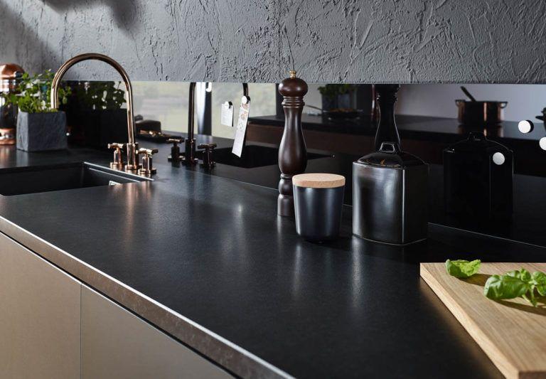 Arbeitsplatten Material Vergleich Unterschiede Vor Und Nachteile Von Laminat Mdf Holz Stein Keramik Glas Edelstahl Kuche Naturstein Arbeitsplatte Kuche