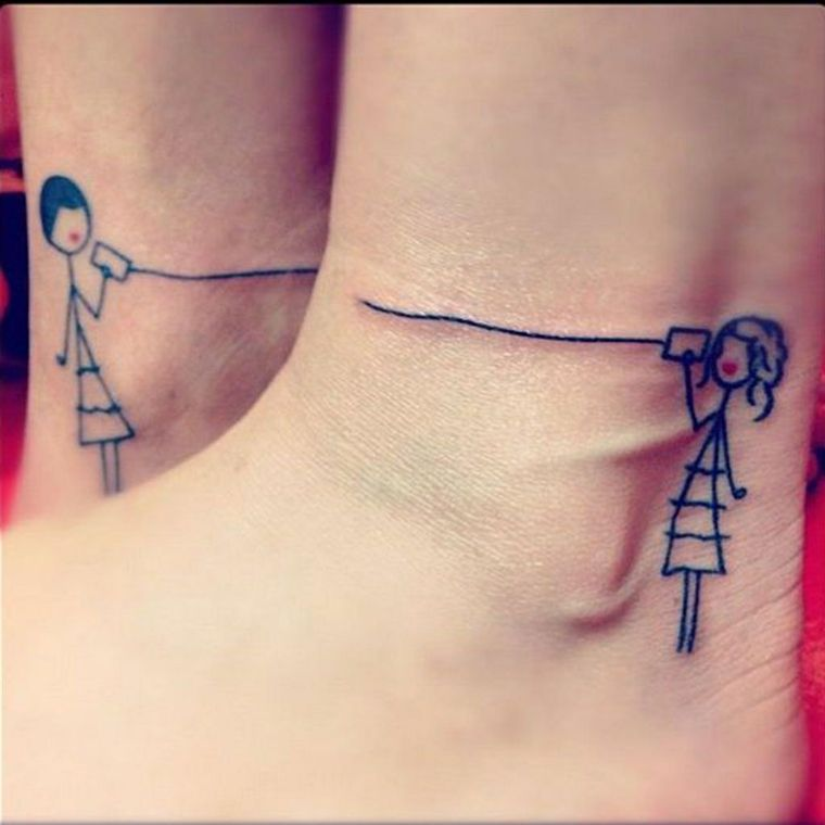 Tatuaggi piccoli significativi per due migliori amiche, tattoo alla  caviglia con figurine