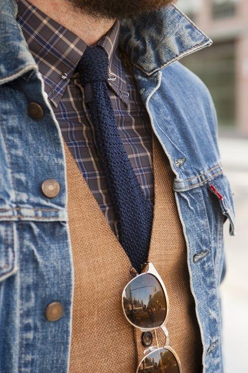 Descolado: jaqueta jeans + colete + camisa xadrez + gravata - poder ser usado sem a gravata e no calor sem a jaqueta jeans