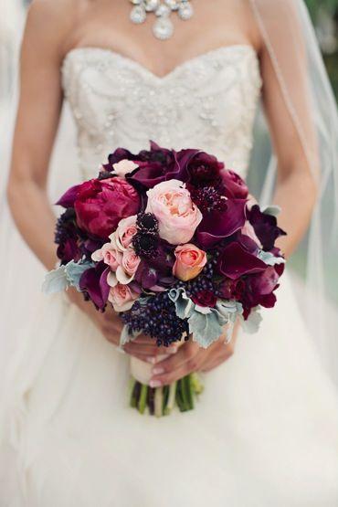 Marsala + rosa claro + morado... el ramo perfecto y hace un contraste hermoso con el vestido blanco.