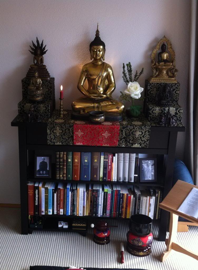 I Like The Combination Of Altar And Book Shelf WohnzimmerEinrichtungMeditationsraumMeditationsmusikAltreWohnung
