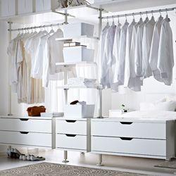schlafzimmeraufbewahrung u a mit 3 stolmen elementen in wei pluggis boxen mit deckel in wei. Black Bedroom Furniture Sets. Home Design Ideas