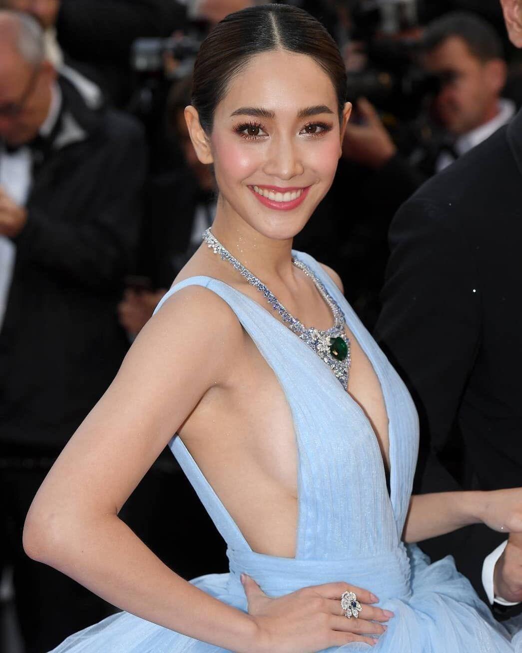 ม น พ ชญา ว ฒนามนตร ก บการเฉ ดฉายบนพรมแดงเทศกาลภาพยนตร นานาชาต เม องคานส คร งท 72 เป นป แรก Fashion Backless Dress Formal Halter Dress