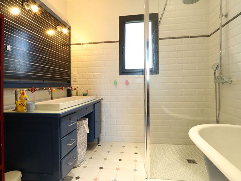 Maison basque et contemporaine  grande salle de bain Maisons