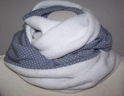 Loop kuschlig & in Schneeweiß/Grau     ....so schlägt man den Winter ein Schnippchen !!    - Antipilling Fleece & Stenzo Jersey machen Ihn zu einem schönen warmen Schmuckstück.Er ist so lang das man Ihn zweimal um den Hals schlingen kann !  -dadurch das er sehr breit liegt kann man ihn wie eine Kapuze tragen,  also 2 in 1    Handmade, keine Massenware    - dehnbar  - Länge130cm  - extra Breite/Höhe 31cm