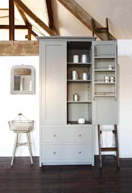 Uma cozinha com uma zona de lavandaria é imprescindível e esta ideia é simplesmente um amor.   Projecto por deVOL Kitchens