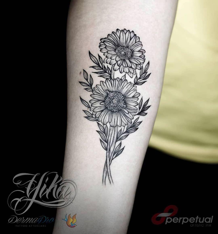 Gerberas, trabajo realizado por la artista @yika_medina, estás flores y más objetos pueden verse muy bien en blackwork, consúltanos al respecto, seguro podemos brindarte gran idea que puedas lucir con gusto. #tattoo #tattoos #tattooartist #tattooed #tattooart #ink #inked #tattooing #tattooist #tattoolife #flowers #flower #flowerstagram #flower_daily #nature #flower_igers #flowerpower #flowersofinstagram #flowermagic #flower_special_