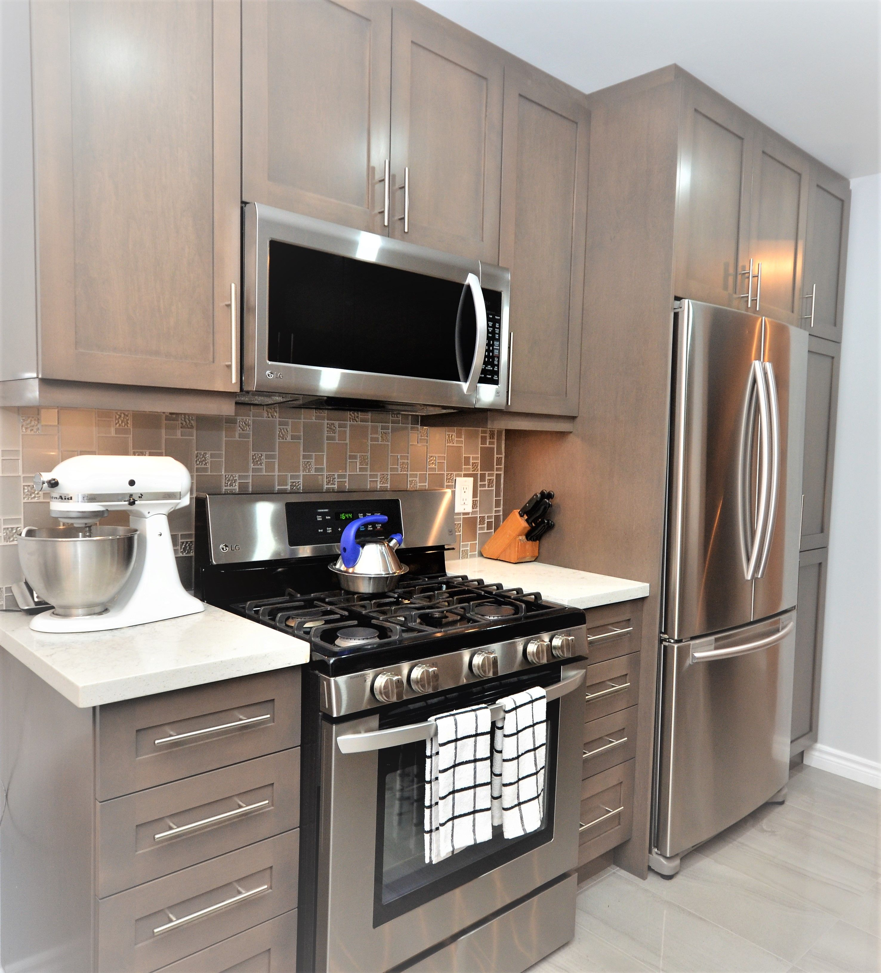 A Grand Design With Minimal Space Blocking Up A Window Or An Interior Pass Through Allows You To Add Upper Cabinets Add In 2020 Cheap Flooring Upper Cabinets Kitchen