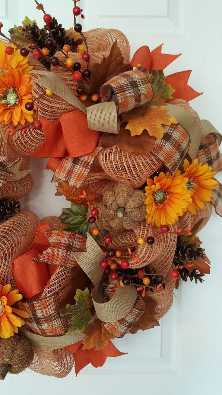 Ein Deko-Maschenkranz für den Herbst. Die Farbe Orange und Herbst gehen Hand in Hand. von mar... #decomeshwreaths