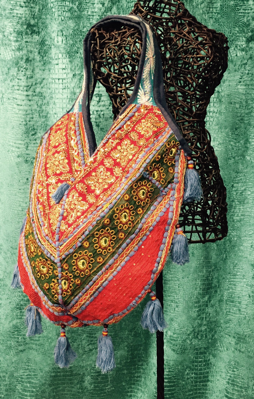 Preciosos bolso de colores. Realizado con telas de gran calidad procedentes de India y Pakistán y adornado al detalle, se convertirá en tu complemento ideal que querrás llevar todos los días. Si te gusta algún modelo, o quieres conocer más en detalle sus características, ya sabes que puedes mandarnos un mensaje y nos pondremos en contacto contigo.   #moda #complementos #Cyan #HippieHappy #Pakistán #Indía #bolsos #bolso #bolsoétinico #Hindú #hindú