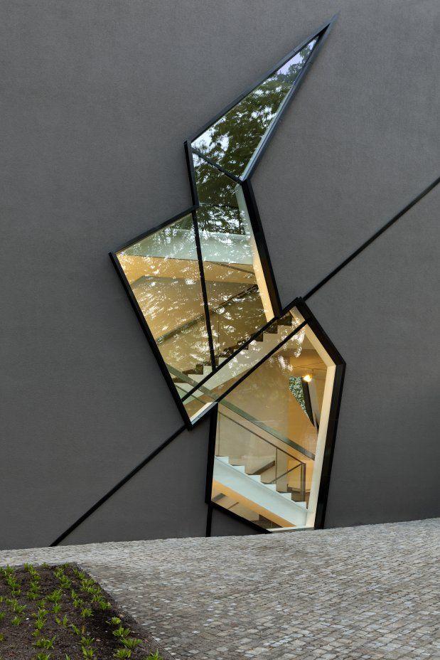 Extension to the Felix Nussbaum Haus  건축요소가 반드시 수직수평일 필요는 없다.
