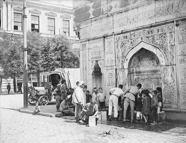Su almak için çeşmeye gidip sıraya giren İstanbul'lu 1918-1922