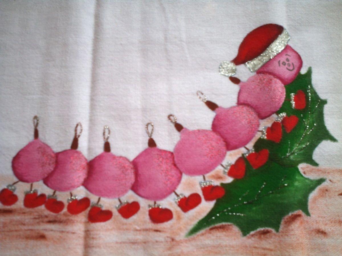 Pano de prato confeccionado em tecido de algodão, pintado a mão, barrado com motivos natalinos, detalhes em glitter e alto relevo, com passa fita. Uma pintura alegre, que transmite felicidade e diversão em sua decoração natalina. Se desejar, presenteie quem você ama com esta divertida e sazonal lembrança.