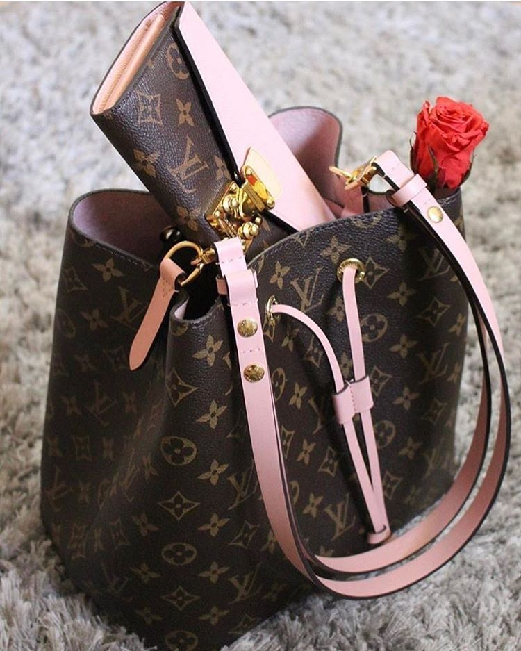 2b8b2159913 ... Louis Vuitton, Chanel and more. Ooo loving the combination of pink  here. Pour plus de sacs à main d occasion, direction dariluxe.fr !