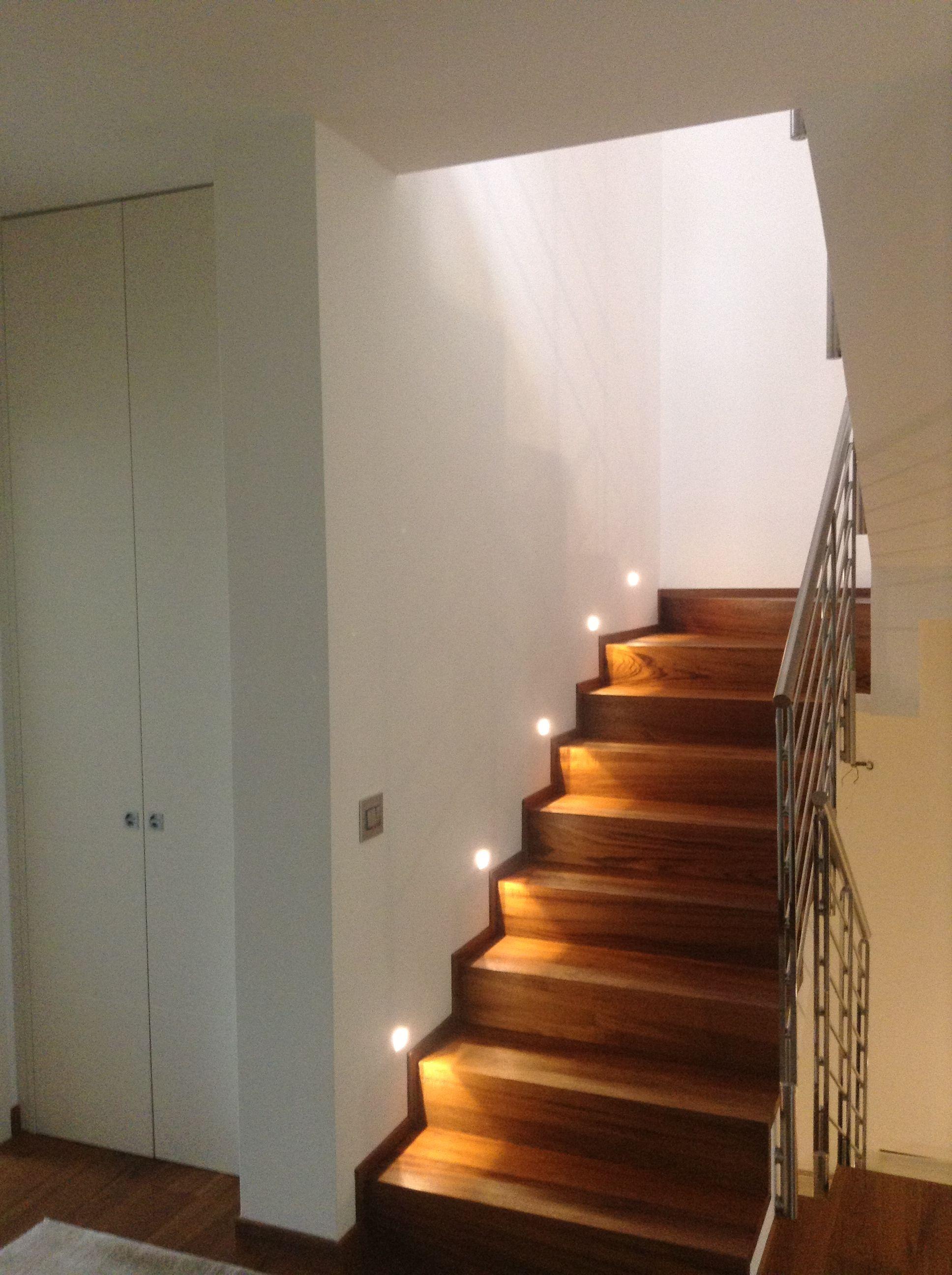 Abitazione privata illuminazione scala segnapasso LED