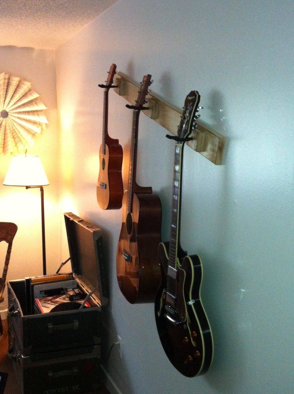 wall mount guitar rack different cause it slants for new house pinterest guitar rack. Black Bedroom Furniture Sets. Home Design Ideas