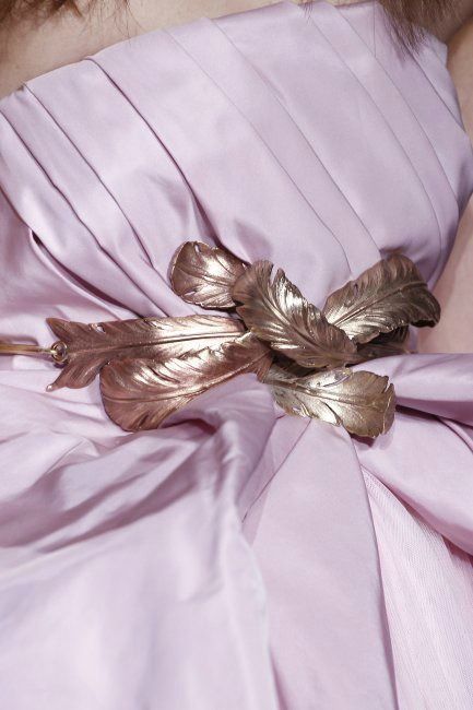 Detalle de cinturón metálico en forma de plumas formando un lazo, de Giambattista Valli