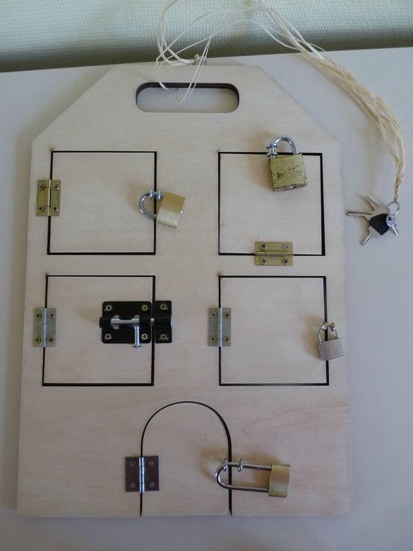 une nouvelle maison des serrures avec des cadenas cette fois montessori fabriquer. Black Bedroom Furniture Sets. Home Design Ideas