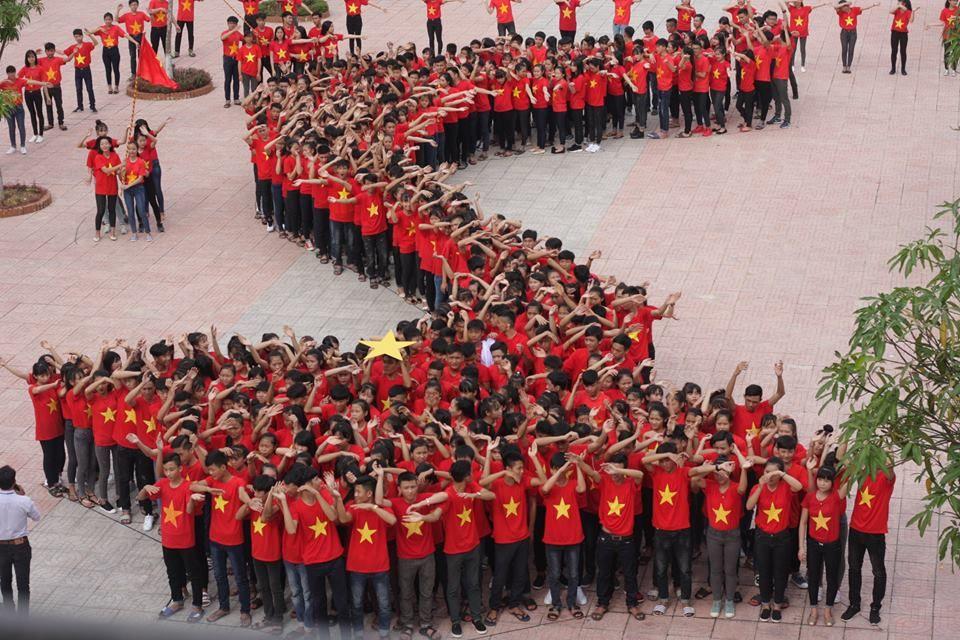 Tiết mục mặc áo cờ đỏ sao vàng xếp hình bản đồ Việt Nam - Hình 1