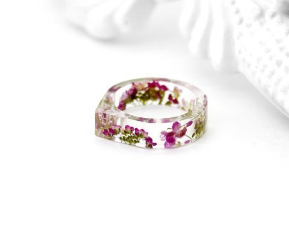 Blumiger gepresster Blumenring Harzring Rosa botanischer Ring Herbariumschmuck Naturpflanzenring Waldring Terrarienring Getrockneter Blumenring