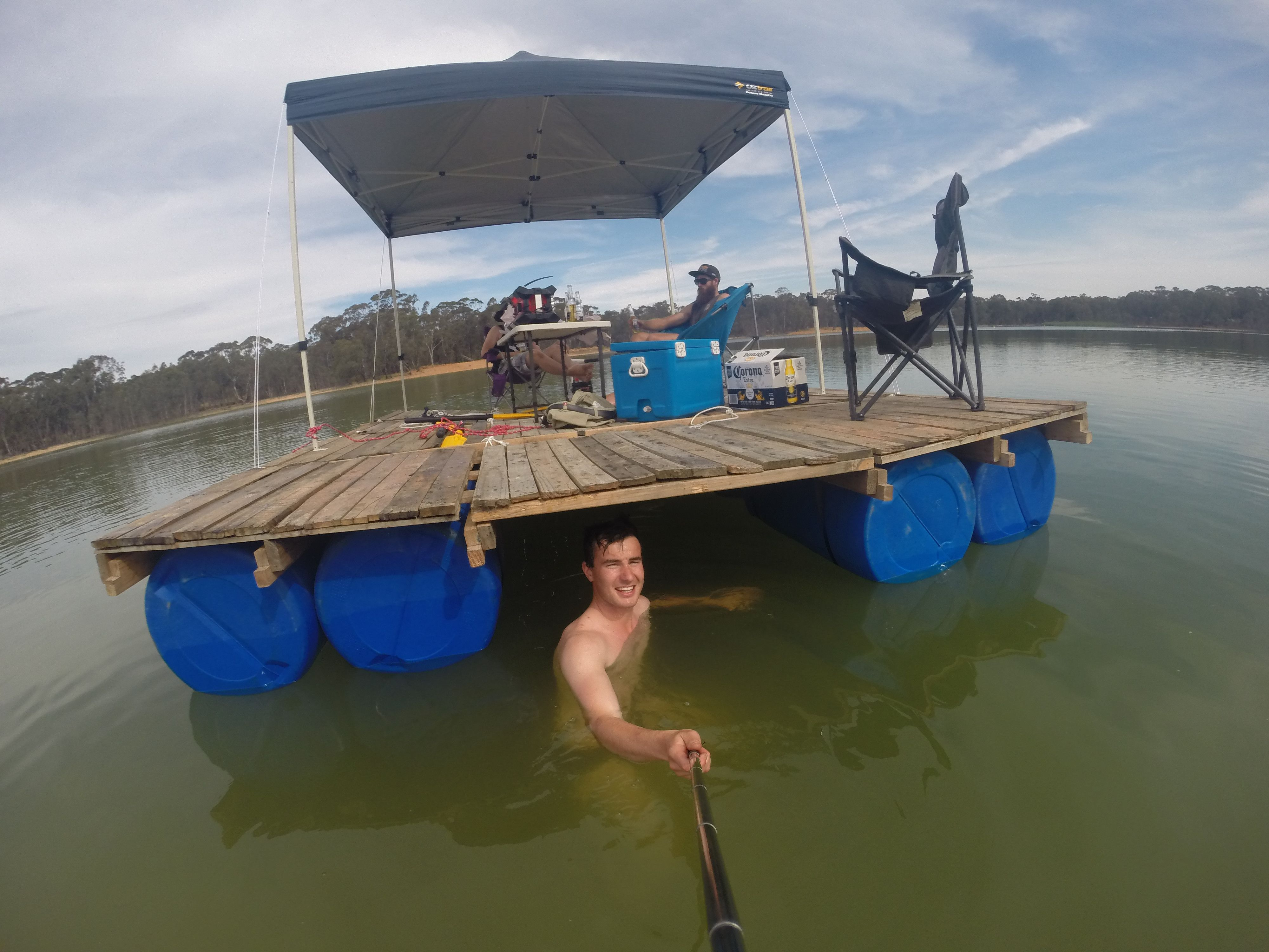 Diy portable pontoon using old pallets and old blue drums for Pallet boat plans