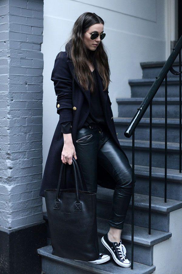 848fd750a7ab9 Street style look com calça couro legging, sobretudo preto, converse e  bolsa.