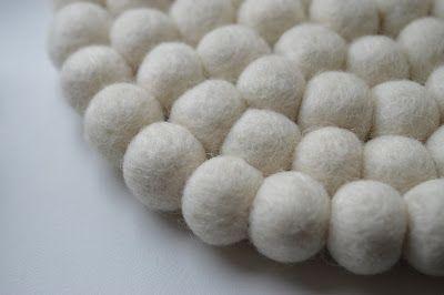 Aus wie vielen #Filzkugeln besteht ein #Filzkugeluntersetzer? Das können Sie noch ziemlich einfach zählen, während ein #Filzkugelteppich aus tausenden Filzkugeln zusammengenäht wird. Erfahren Sie mehr zur #Herstellung dieser wunderschönen #Kunstwerke hier: http://www.sukhi.de/die-fertigung-der-filzkugelteppiche