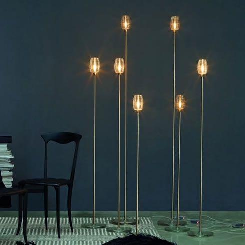 de cord staande lamp bestaat uit een lamp snoer gemaakt van stof