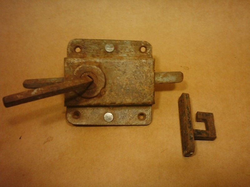 Antiguo cerrojo realizado en hierro forjado. Utilizado en casillas ...