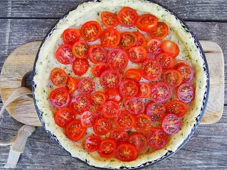 Herkullinen tomaattipiirakka valmistuu nopeallakin varoitusajalla.