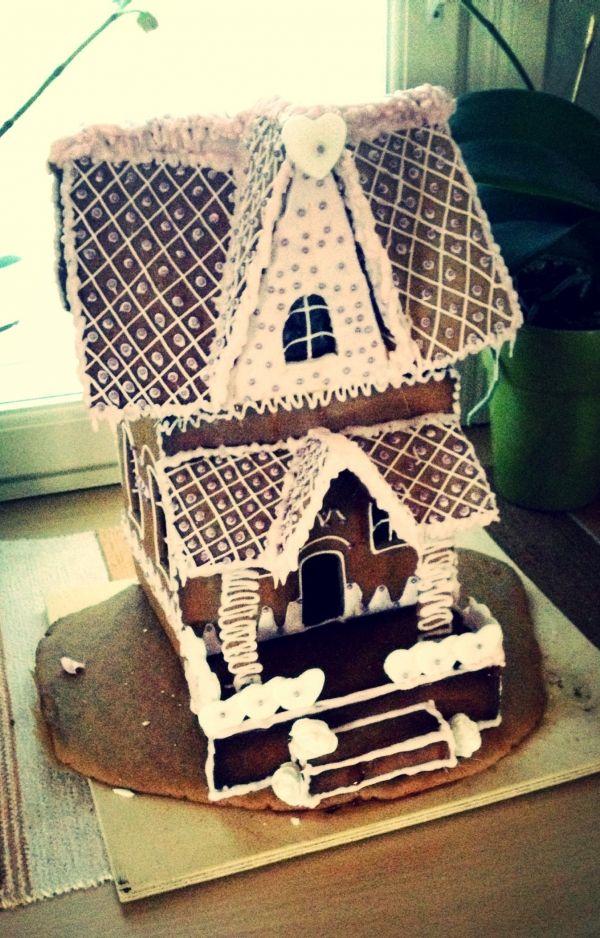 Olen joka vuosi tehnyt monta piparkakkutaloa. Tämä kotitalostani joka on myös kuin piparkakkutalo. - by Ella -- Piparkakkutalo, Joulu, Gingerbread house, Christmas
