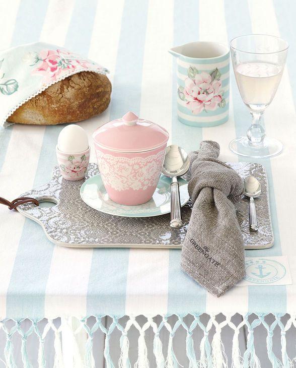 Liebevoll gedeckter Frühstückstisch von Greengate home