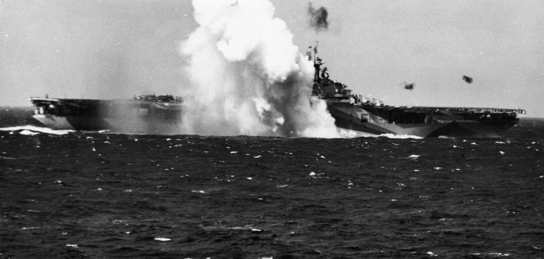 Kamikaze_crashes_near_USS_Ticonderoga_(CV-14)_1944.jpg (1853×883)