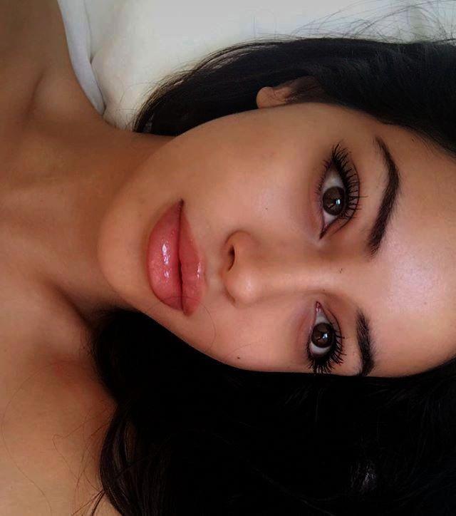 Maquillaje natural para pieles oscuras Maquillaje sutil para ojos con labios rojos #eyemakeupdramati …