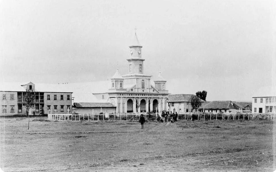 Panorámica de la Plaza de Armas de Castro, Chiloé en el año 1893. En este lugar se emplaza la Iglesia San Francisco, construida definitivame...