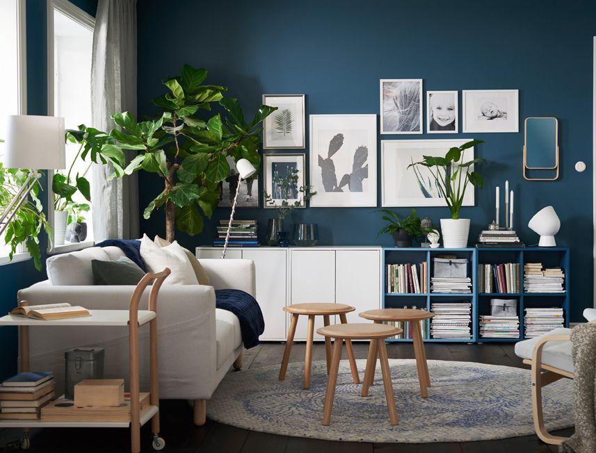 salon de taille moyenne avec murs bleu fonc canap blanc devant la fen tre et trois tabourets. Black Bedroom Furniture Sets. Home Design Ideas