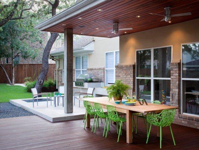 überdachte Terrasse Holz Beton Einbauleuchten Grüne Stühle | Traum ... Ueberdachte Holz Veranda Deko Ideen