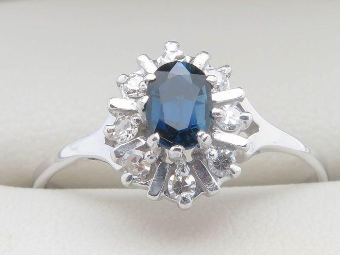Anello in oro con zaffiro blu da 0,33 ct e entourage di 8 diamanti da 0,16 ct